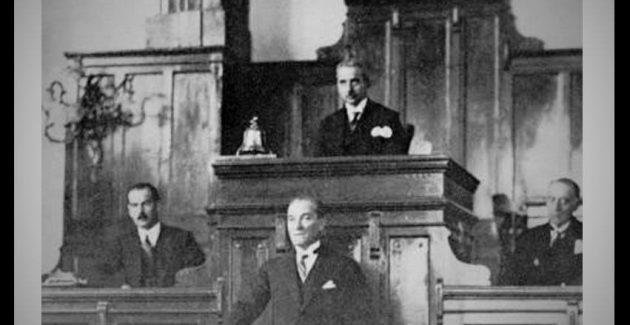 Atatürk 'Dağ Başını Duman Almış' Marşını Yorumluyor