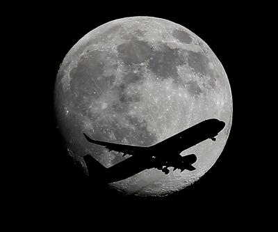 Ay'a yolculuk var