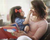 Çocukların dil becerilerini geliştirmek için birlikte kitap okuyun