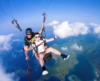 Çinli paraşütle atlarken gitar çaldı 70 milyon izledi